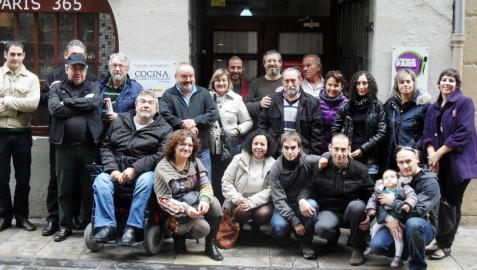 Voluntarios de la iniciativa sangüesina, en su visita de finales de 2013 al comedor social pamplonés París 365.