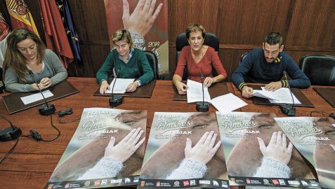 Menchu Jiménez, Mayte Alonso, la alcaldesa y Javier López, durante la presentación del programa.