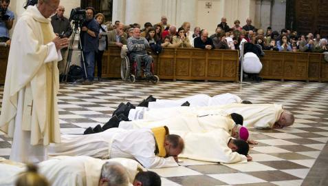 El arzobispo de Granada se postra y pide perdón por los