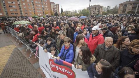 Momento de la concentración que el comité de empresa de Campofrío ha convocado en apoyo a este grupo empresarial y los trabajadores de la planta incendiada.