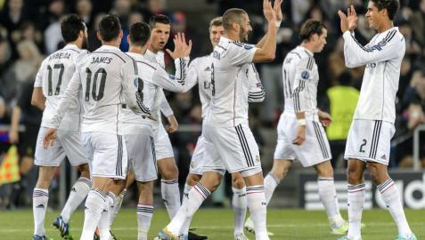 Los jugadores blancos celebran el gol de Cristiano