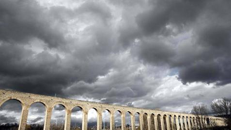El ilusionista navarro Pedro III ha caminado hoy, encadenado y a ciegas, por un tramo de unos 500 metros del acueducto de la localidad de Noáin, a casi veinte metros de altura.