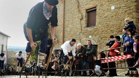 Artajona se subió sobre layas para celebrar San Saturnino
