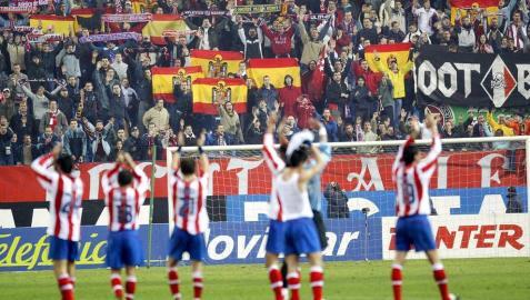 Jugadores del Atlético saludan a los ultras