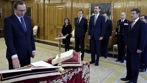 Alfonso Alonso jura ante el rey Felipe como nuevo ministro de Sanidad