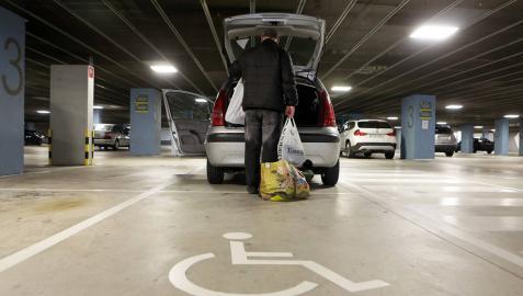 Cárcel por aparcar en discapacitados con la tarjeta fotocopiada de otro