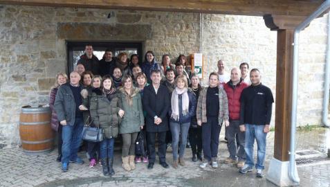 Vecinos del valle Badostáin y otros pueblos de Egüés con el alcalde y el presidente del concejo.