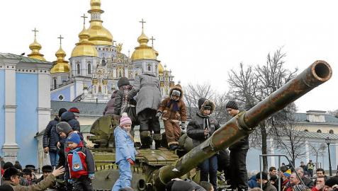 Kiev muestra armamento ruso y Yanukóvich reaparece en Moscú