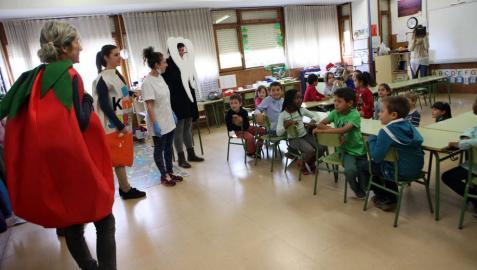 Alumnos de ETI de Tudela enseñan a escolares higiene bucodental
