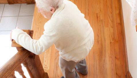 Las caídas son una preocupante causa de lesiones en personas mayores