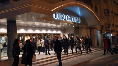 Un grupo de personas a las puertas del teatro Gaztambide.