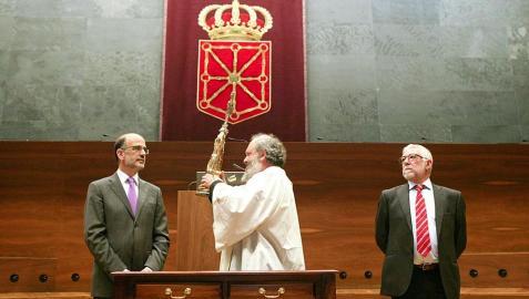 El Gobierno foral y el Parlamento de Navarra han recibido este miércoles la imagen del Ángel de Aralar, en el marco del recorrido que la imagen efectúa por Pamplona durante la semana siguiente a la de Pascua de Resurrección.
