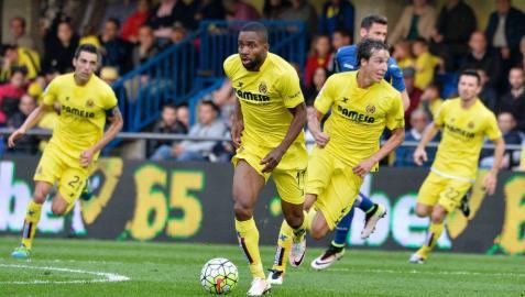 Bakambu conduce la pelota contra el Getafe.
