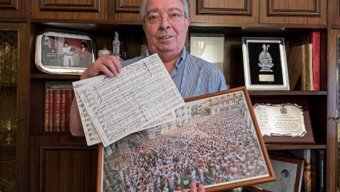 Joaquín Madurga Oteiza, el lunes en su casa de Logroño, con recuerdos de Sanfermines, y en sus manos, una copia de la partitura original de Ofrenda a San Fermín.