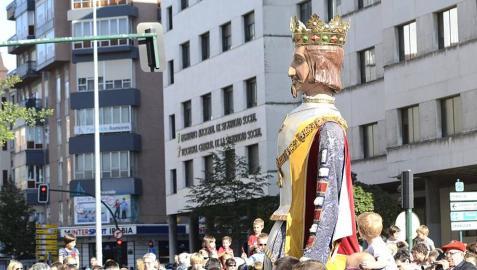 La Comparsa de Gigantes y Cabezudos, acompañada de gaiteros y txistularis, recorren el centro de Pamplona