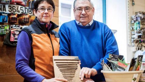 Garbiñe y José Mari Hernandorena sostienen la tabla de clavos con sus medidas elaborada por Garbiñe en su infancia.