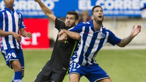 El jugador del Deportivo Alavés Edgar Mendez (d), lucha por el balón con el jugador del Carlos Carmona del Sporting de Gijón durante el partido disputado en el estadio de Mendizorroza .