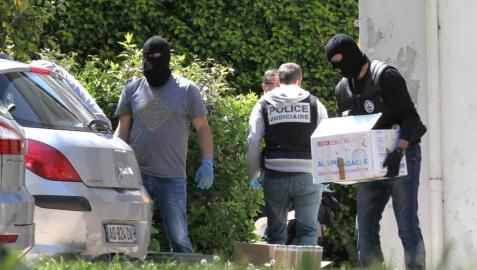 Policías franceses recogen documentación en una operación contra ETA en 2015.