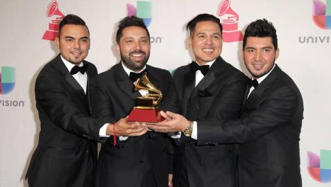Juan Gabriel nunca había ganado un Grammy Latino hasta esta noche: consiguió el trofeo al mejor álbum vocal pop tradicional y reclamó el premio gordo, el mejor álbum del año, ambos por 'Los Dúo 2'.