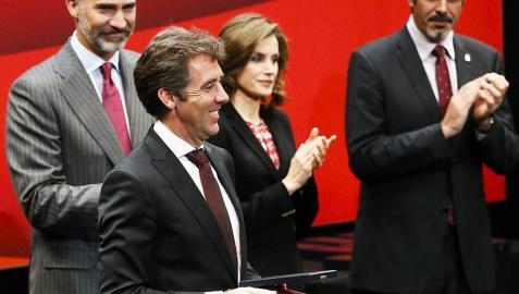Hermoso de Mendoza recibe la Medalla de Oro de las Bellas Artes en San Sebastián