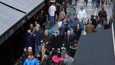 Los turistas recorrían ayer la calle Estafeta, uno de los lugares más transitados en estas fechas.