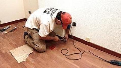 Un electricista comprueba la instalación eléctrica de una vivienda. /A. Gómez