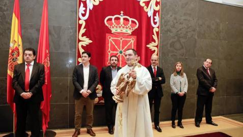 El capellán del santuario de Aralar, Mikel Garciandia, visitó el Palacio de Navarra y el Parlamento foral este miércoles 6 de abril de 2016.