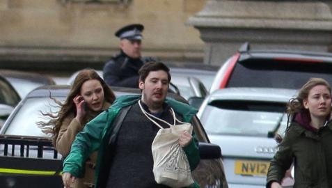 Al menos una decena de personas han resultado heridas en el puente de Westminster, junto al Parlamento británico, después de que se hayan escuchado lo que podrían haber sido disparos en la zona.