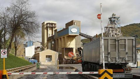 Un camión accede cargado de material a la planta de Magnesitas Navarras en Zubiri.