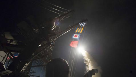 Trump bombardea una base aérea en Siria en repuesta al ataque con armas químicas