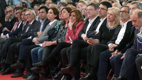 Susana Díaz (7d), junto a Ximo Puig (6d); la presidenta de Baleares, Francina Armengol (8d), y la alcaldesa de Barcelona, Ada Colau (10d), entre otros, durante el acto que el PSC celebra en Barcelona en recuerdo de Chacón.