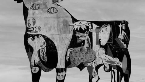 Grafitean en un toro de Osborne un fragmento del 'Guernica' de Picasso