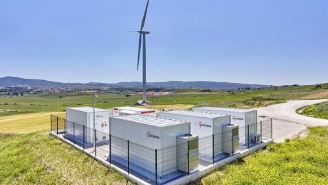 Acciona estrena la primera planta híbrida de almacenamiento de energía eólica en baterías