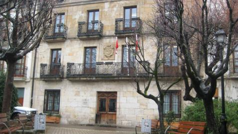 Ordenan al Ayuntamiento de Alsasua retirar una ikurriña de un mástil