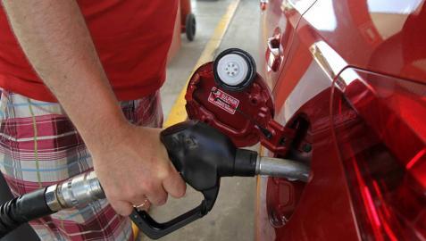 La gasolina y el gasóleo cuestan un 13,7% menos que hace un año