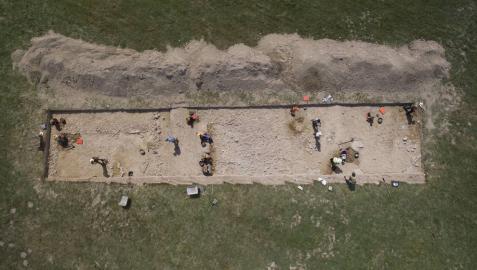 Foto tomada por un dron de la excavación del verano 2016 en el asentamiento de Iturissa, entre Burguete y Espinal. El tercio central sería la calzada romana y los laterales, edificaciones.