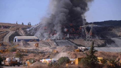 Descartan extinguir este lunes el incendio en la planta de reciclaje de Córdoba