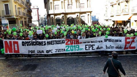 """Los interinos tachan de """"burla"""" la OPE de maestros para 2018"""