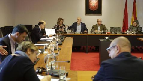El parlamentario socialista Carlos Gimeno, en la comisión de Educación