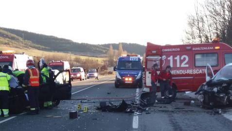 Los bomberos desatrapan a dos heridos graves en un choque frontal en Sorauren