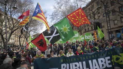 Miles celebran en Pamplona el Aberri Eguna reclamando
