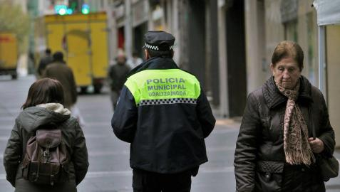 Un agente de Policía Municipal patrulla por la calle Chapitela de Pamplona, en una imagen de archivo.