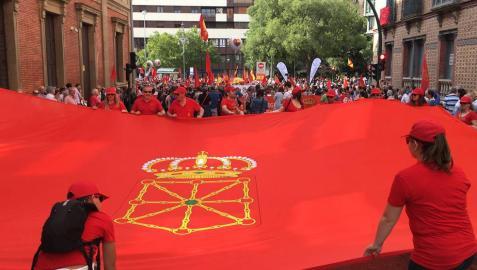En directo: cientos de personas se concentran frente al Parlamento para el inicio de la manifestación