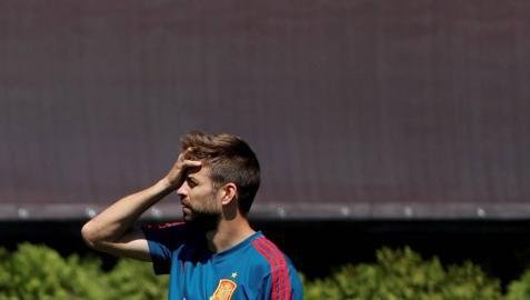 Piqué se retira del entrenamiento antes de tiempo a cuatro días del debut