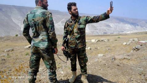 ¿Qué siente un soldado sirio que lleva combatiendo más de siete años? La mayoría son muy jóvenes y nunca antes habían empuñado un arma. Eran mecánicos, pintores, panaderos, estudiantes universitarios, de instituto... El 8 de agosto, un periodista de 'Diario de Navarra' se subió a un convoy de reporteros rusos, iraníes y sirios y viajó hasta la provincia de Deraa, uno de los dos frentes activos en el país. El 11 de septiembre, el Estado Islámico emboscó y mató a 21 soldados en esta misma zona