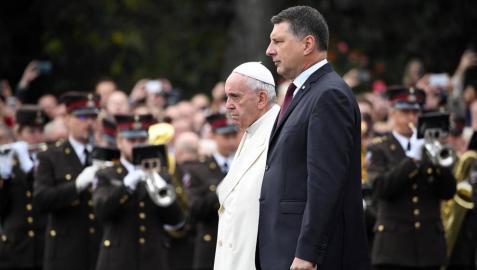 El papa recuerda en Letonia la necesidad de integrar y la importancia de la natalidad