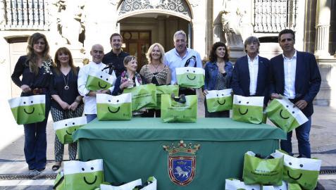 El comercio de Pamplona regala bolsas reutilizables para los clientes