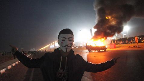 Decenas de muertos al enfrentarse hinchas de fútbol y la Policía