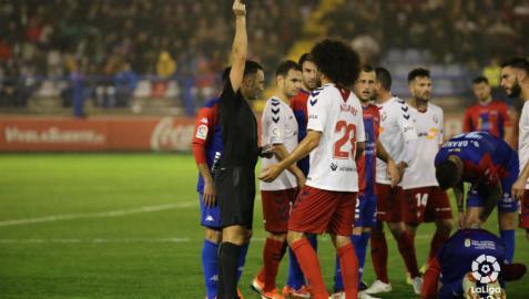 Osasuna remonta con diez y con gol de Torres en el descuento