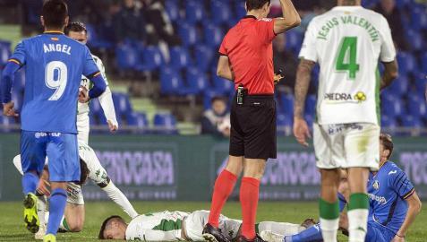 Jaime Romero, ex de Osasuna, abandona el Getafe-Córdoba en camilla y con collarín